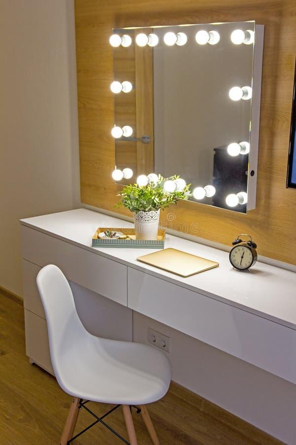 Stilfull modern inre för sovrum med märkt Eames stol arkivfoton