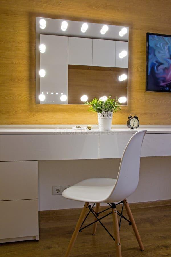 Stilfull modern inre för sovrum med märkt Eames stol royaltyfri fotografi