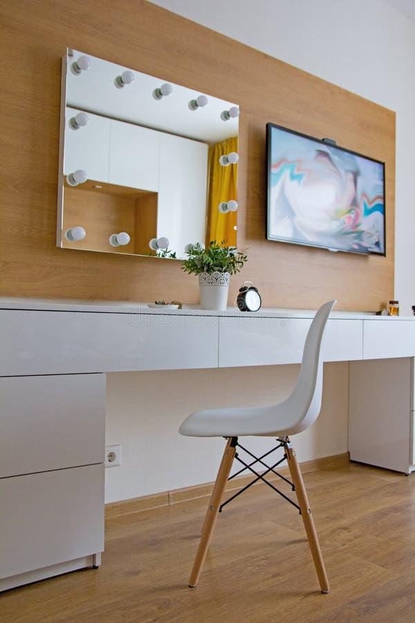 Stilfull modern inre för sovrum med märkt Eames stol fotografering för bildbyråer