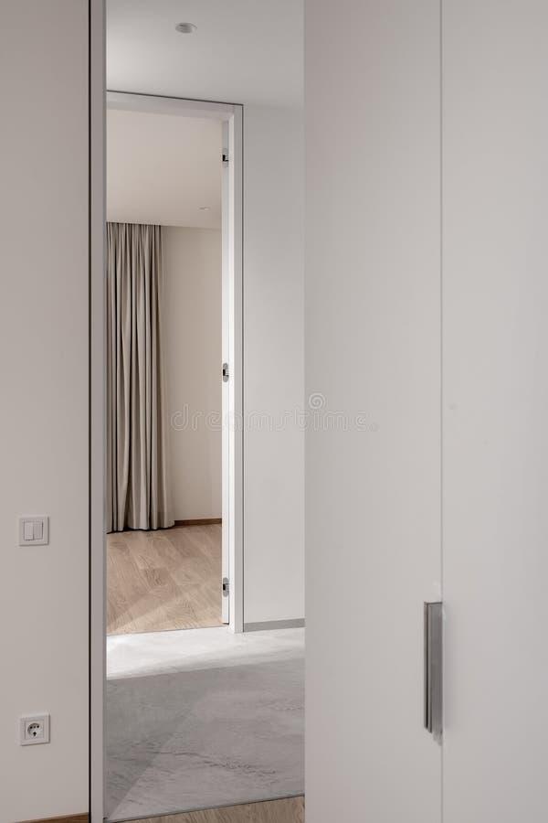 Stilfull modern inre med ljusa väggar och olik golvbeläggning royaltyfri bild