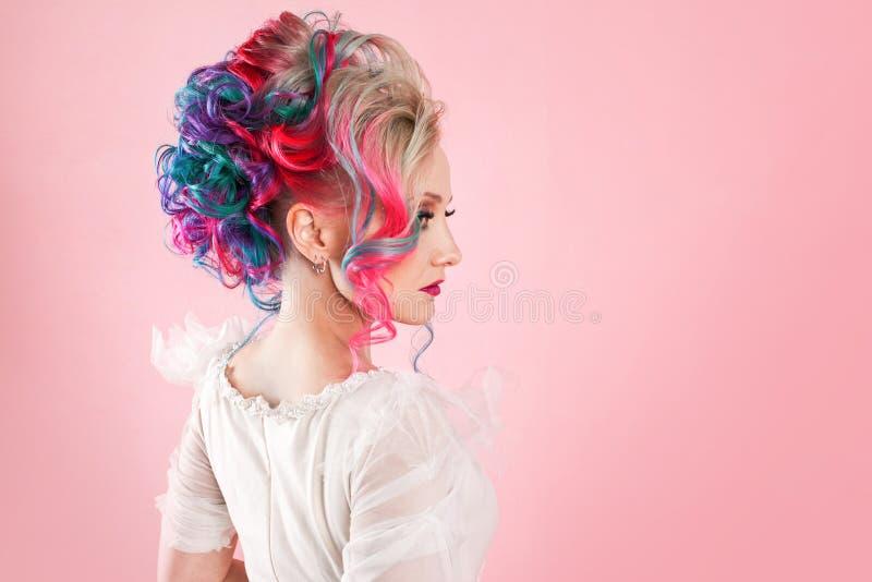 Stilfull och moderiktig flicka i en vit klänning Idérik hårfärgläggning Mång--färgad frisyr fotografering för bildbyråer