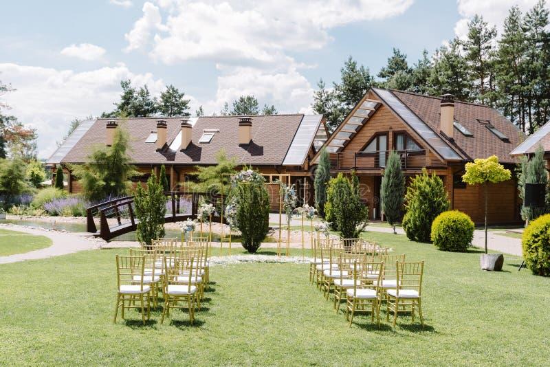 Stilfull och modern dekor för en gifta sig ceremoni under den öppna himlen fotografering för bildbyråer