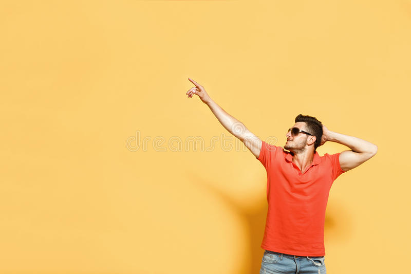 Stilfull och säker man på apelsinen fotografering för bildbyråer