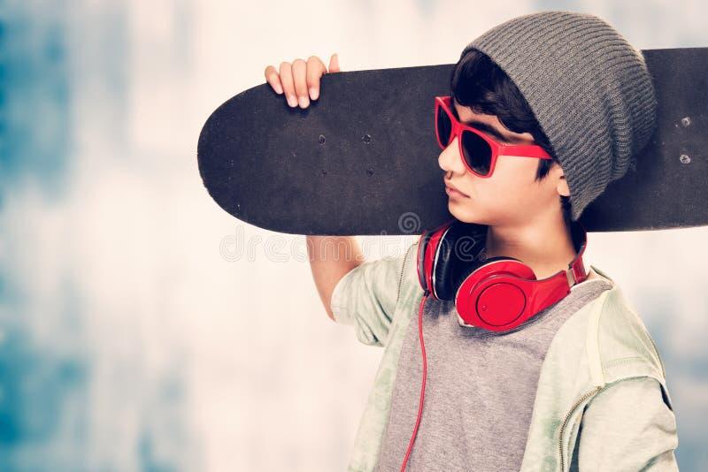 Stilfull pojkestående fotografering för bildbyråer