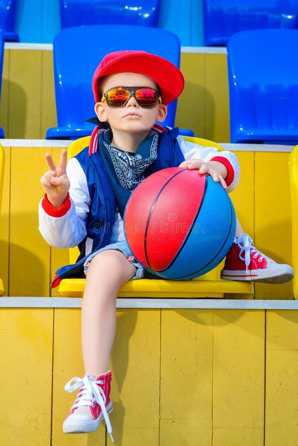 Stilfull pys som poserar på basketdomstolen fotografering för bildbyråer