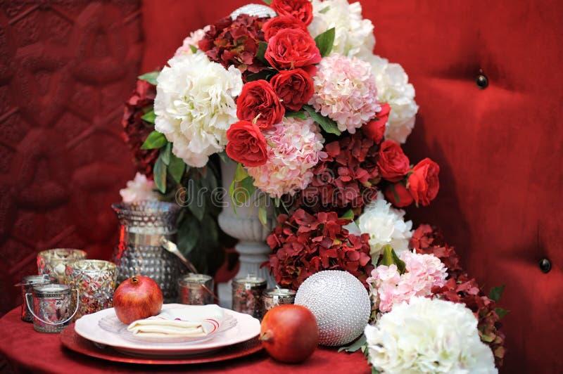 Stilfull röd tabelluppsättning för att gifta sig beröm arkivbild