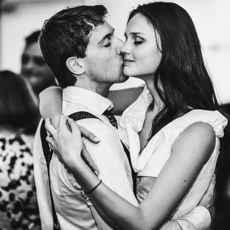 Stilfull retro kyss för dans för bröllop för brud- och brudgumdans första fotografering för bildbyråer