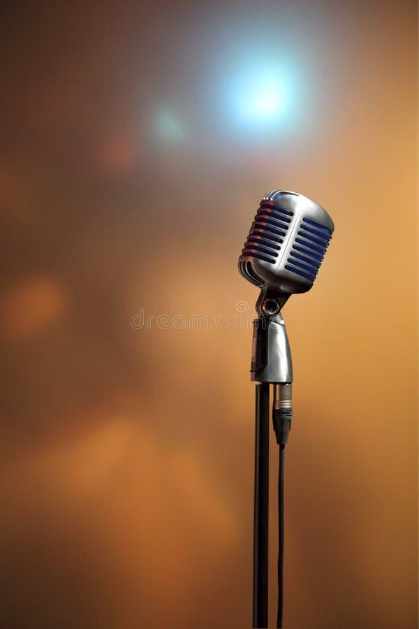 Stilfull retro mikrofon på en kulör bakgrund arkivbilder