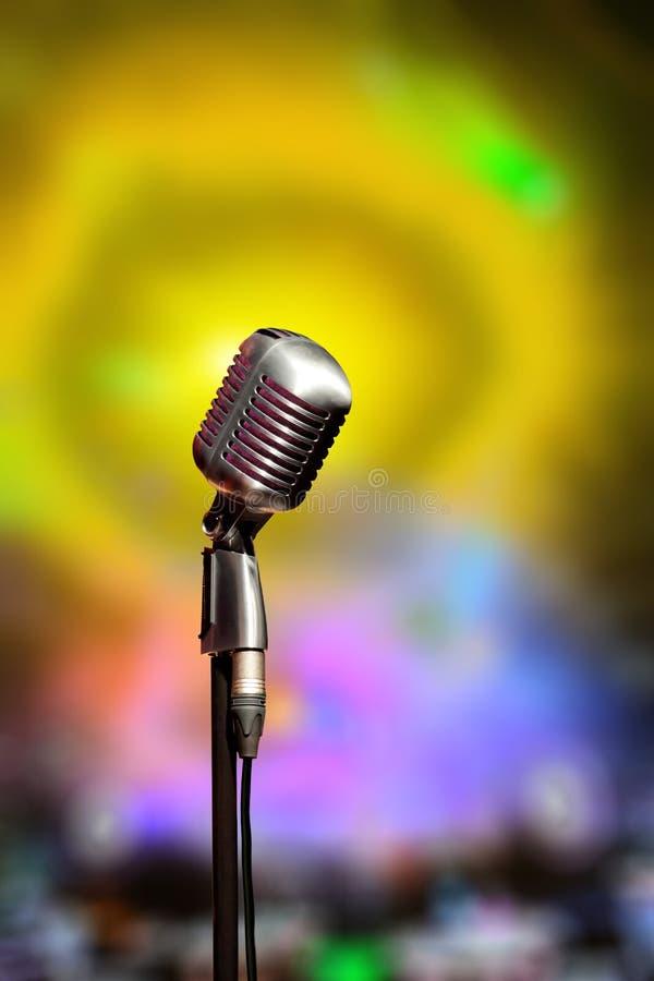 Stilfull retro mikrofon på inre för dansklubba lökformig royaltyfri fotografi
