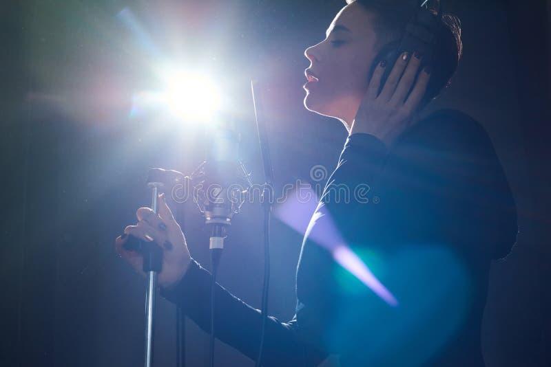 Stilfull sångare i inspelningstudio royaltyfria bilder