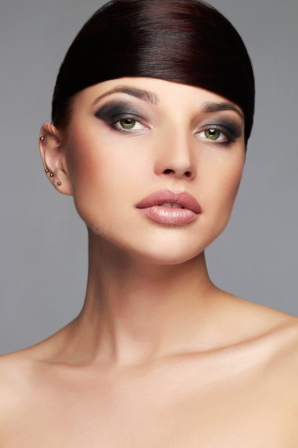 Stilfull skönhetstående för mode med sunt hår härlig framsidaflicka frisyr arkivfoto
