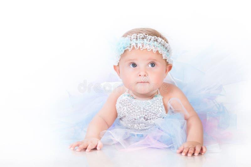 Stilfull spädbarnsålder, babe i frodig kjol arkivfoton
