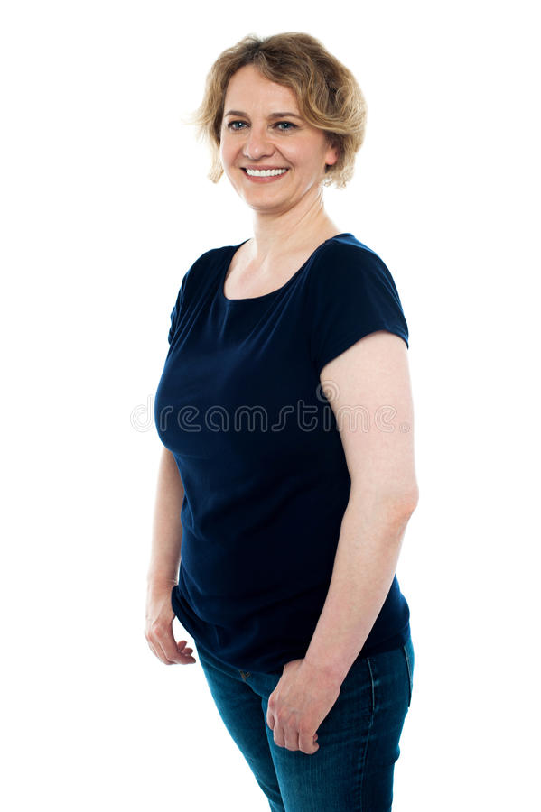 Stilfull stående av den attraktiva kvinnan i casuals arkivbild