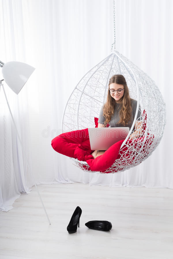 Stilfull stående för kvinnahöjdpunkttangent med bärbara datorn royaltyfri foto