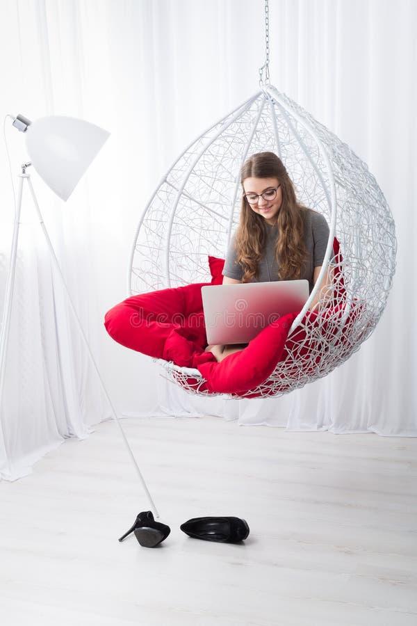 Stilfull stående för kvinnahöjdpunkttangent med bärbara datorn royaltyfria bilder