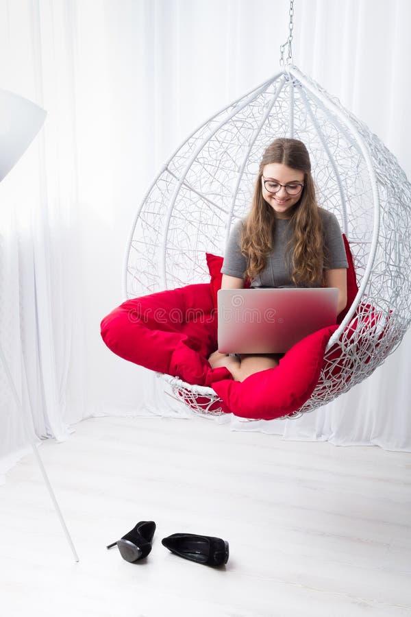 Stilfull stående för ung kvinna med bärbara datorn royaltyfri bild
