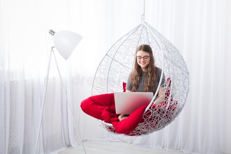 Stilfull stående för ung kvinna med bärbara datorn arkivfoton