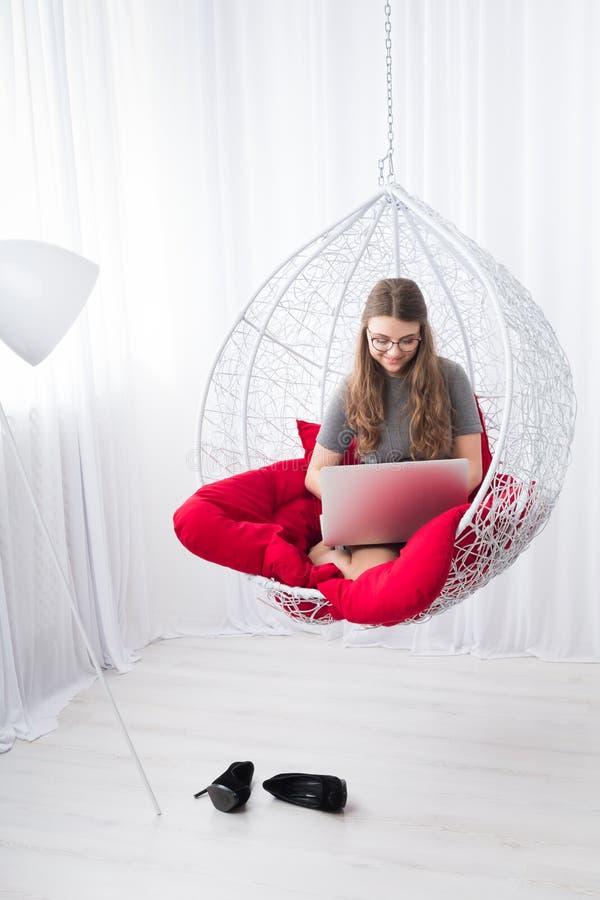 Stilfull stående för ung kvinna med bärbara datorn royaltyfria bilder