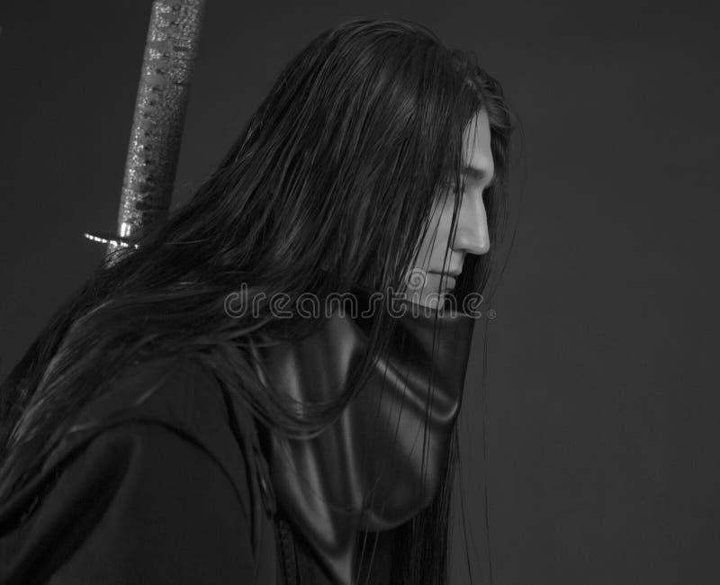 Stilfull stilig ung man med det japanska katanasvärdet Caucasian mans stående royaltyfri fotografi