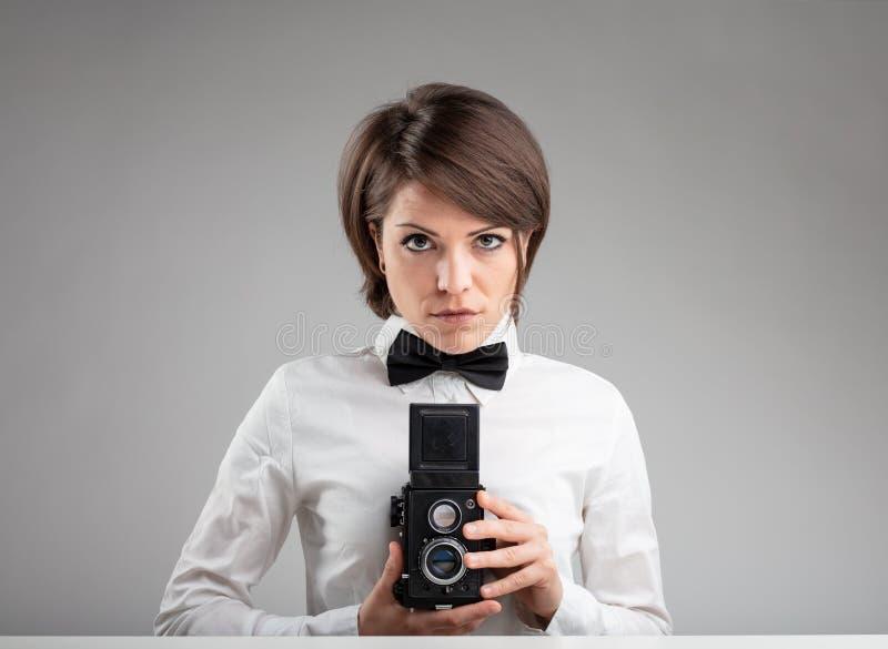 Stilfull tappningkvinnligfotograf arkivfoto