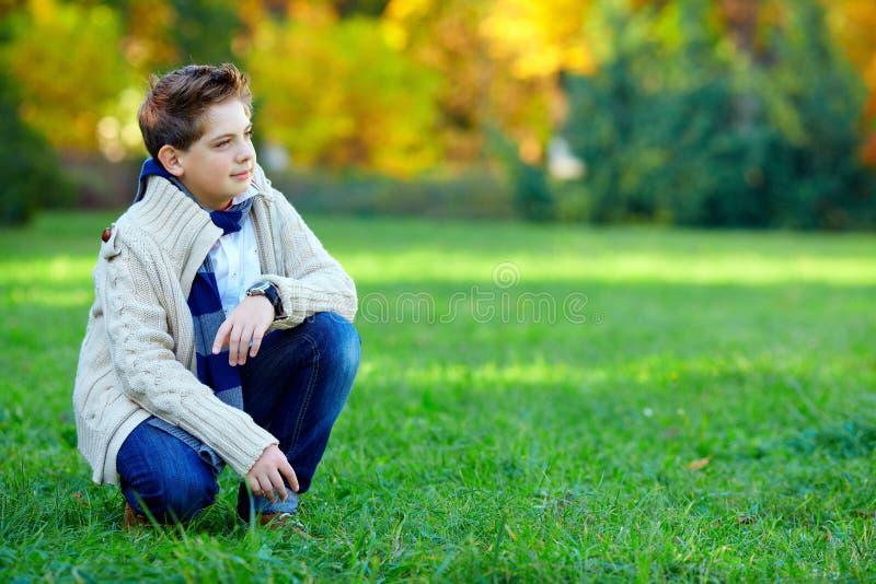 Stilfull tonårs- pojke på grön äng royaltyfri bild