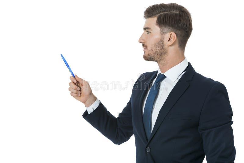 Stilfull ung affärsman som gör en presentation arkivfoto