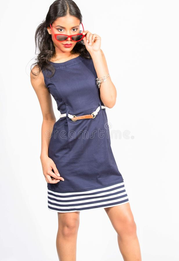 Stilfull ung kvinna i blåttklänning arkivfoton
