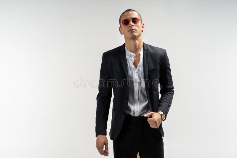 Stilfull ung man i dräkt kvinna för white för affärspennstil Fashinable bild grön kontorsarbetare för bakgrund Sexigt mananseende arkivfoto