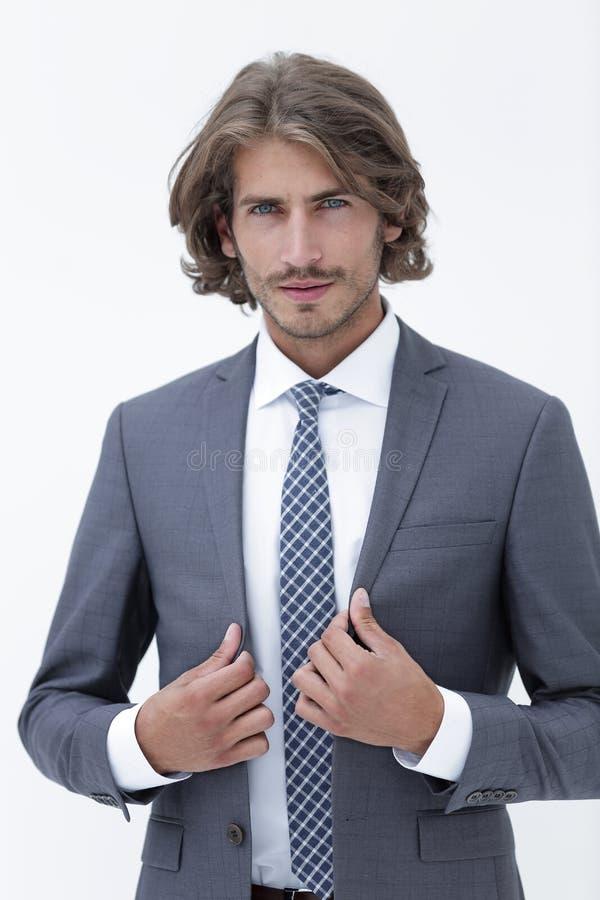Stilfull ung man i dräkt och band royaltyfri bild
