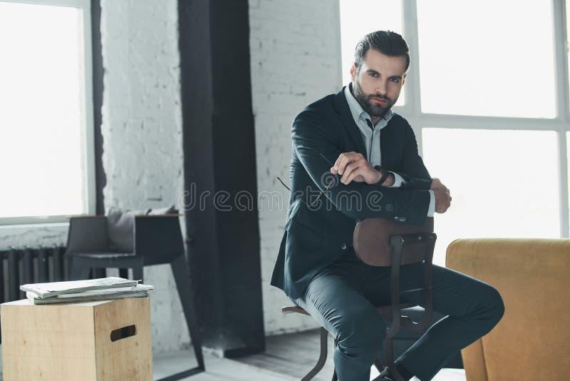 Stilfull ung man i en dräkt och en fluga kvinna för white för affärspennstil trendig bild royaltyfri fotografi