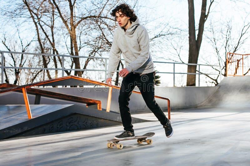 Stilfull ung man med skateboarden royaltyfria foton