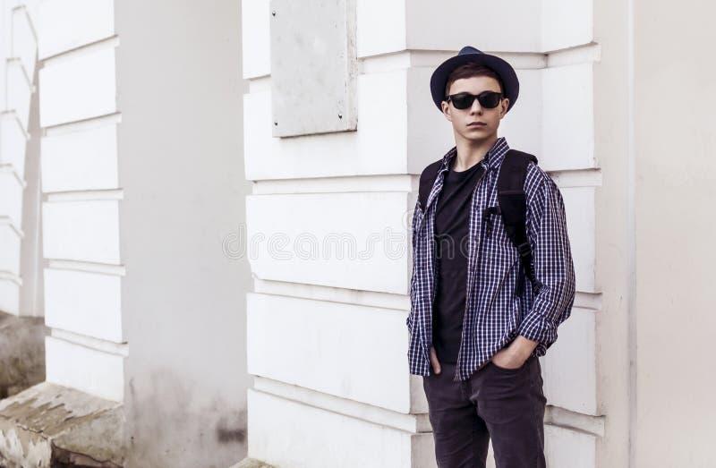 Stilfull ung man nära dörrarna av byggnaden fotografering för bildbyråer