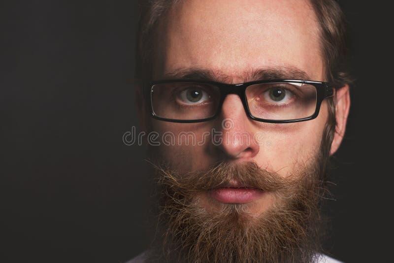 Stilfull ursnygg ung affärsman för Closeup med det långa skägget royaltyfri bild