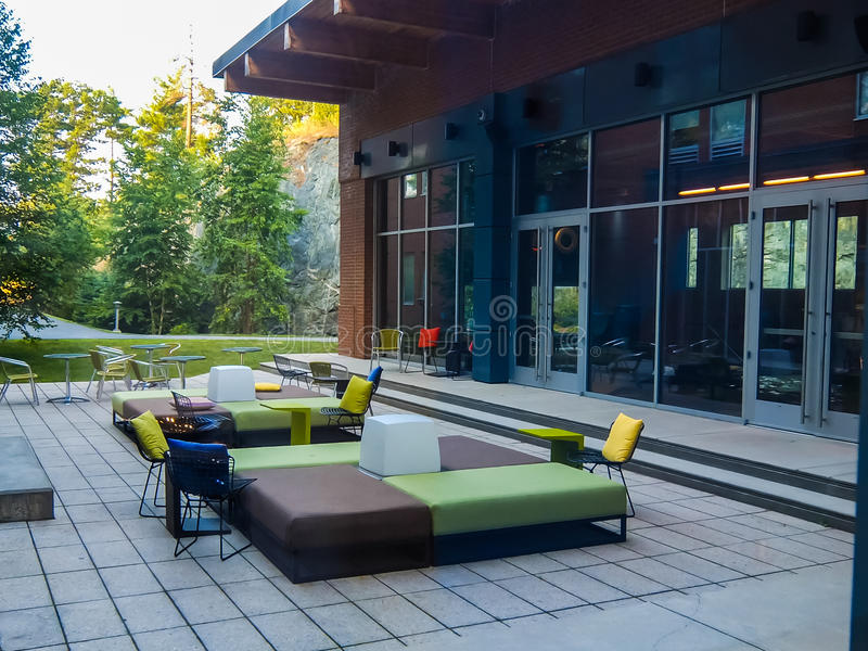 Stilfull utomhus- uteplats på en sommardag royaltyfri foto