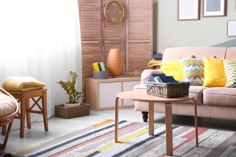 Stilfull vardagsruminre med den bekväma soffan royaltyfri bild