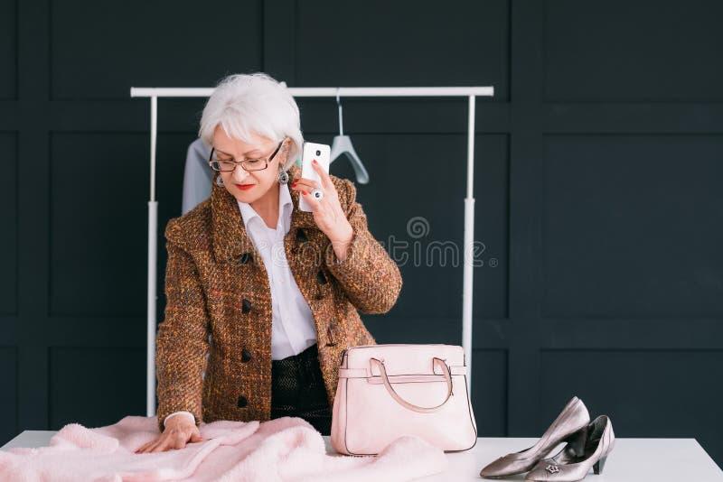 Stilfull visningslokal för lyckad förmögen hög kvinna arkivfoto