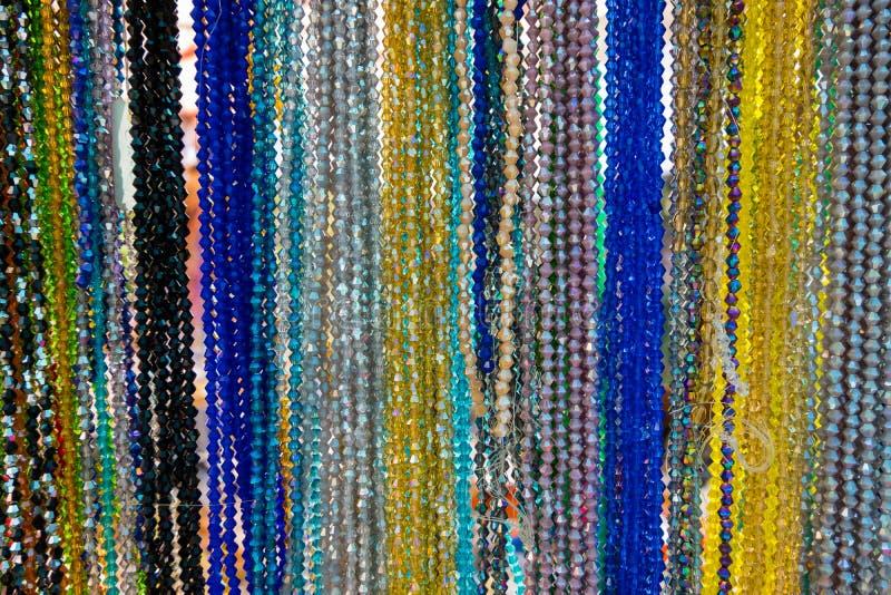 Stilfulla färgrika pärlhalsband som hängs på, shoppar royaltyfria foton