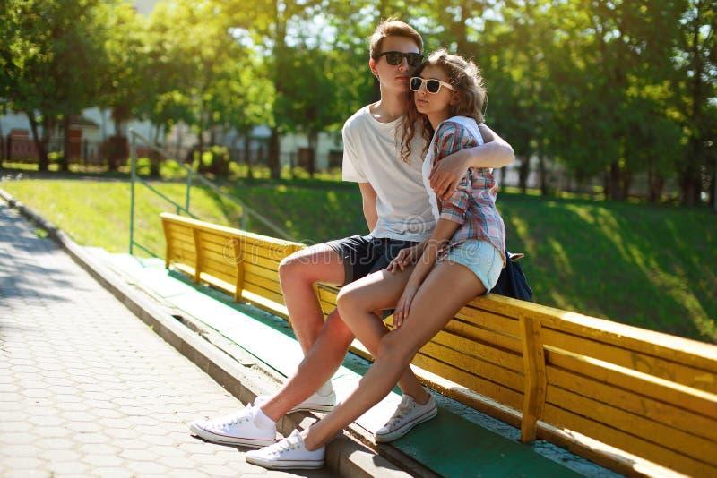 Stilfulla förälskade barnpartonåringar arkivbilder