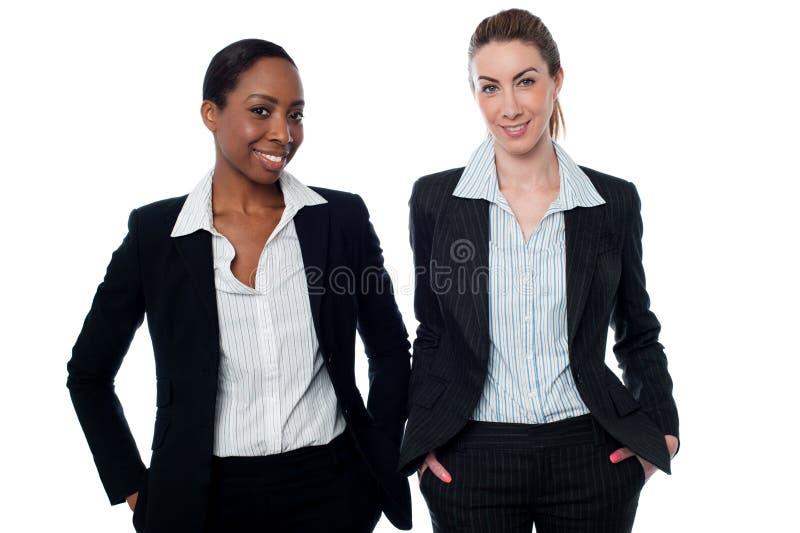 Stilfulla företags kvinnor som tillfälligt poserar royaltyfria bilder