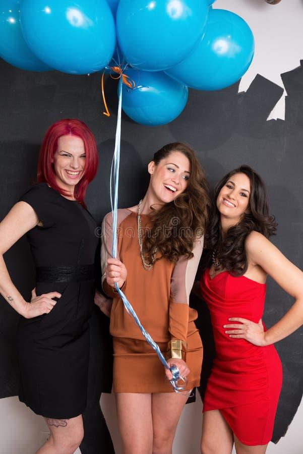 Stilfulla kvinnor med ballonger arkivfoto