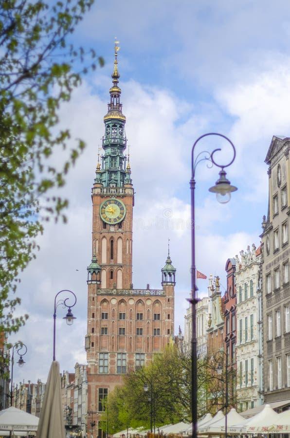 Stilfulla lägenhethus på lång fyrkant i Gdansk, Polen arkivbild