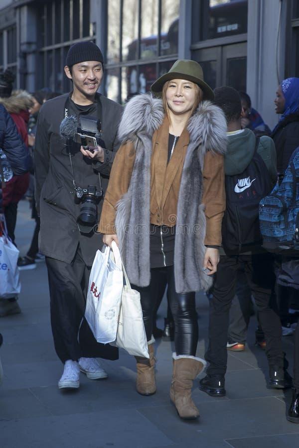 Stilfulla närvarande personer som samlar utanför 180 tråden för London Fashion Week arkivbilder