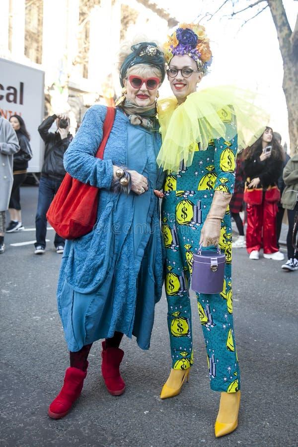Stilfulla närvarande personer som samlar utanför 180 tråden för London Fashion Week royaltyfria foton