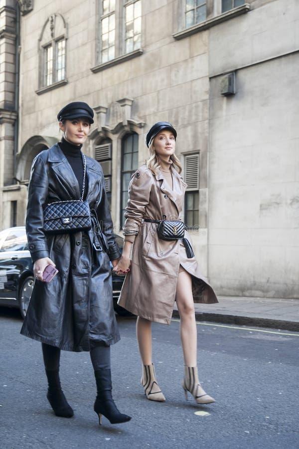 Stilfulla närvarande personer som samlar utanför 180 tråden för London Fashion Week royaltyfri fotografi