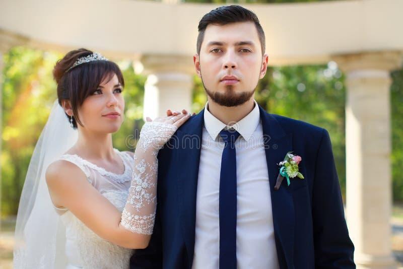 Stilfulla nygifta personer på deras bröllopdag fotografering för bildbyråer