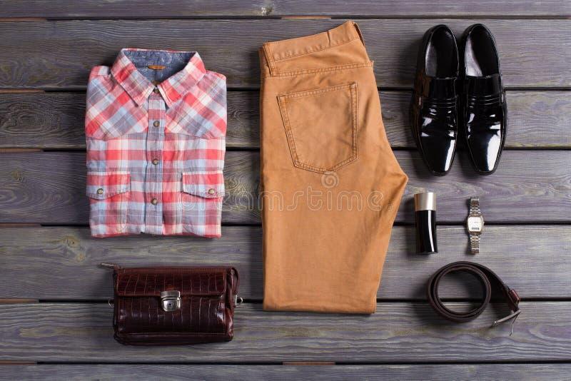 Stilfulla och färgrika mäns kläder arkivbilder