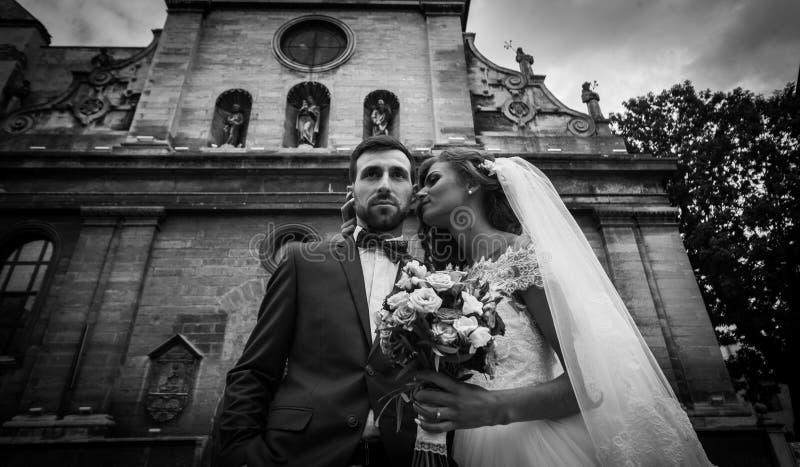 Stilfulla par av nygift personvalentynes som framme poserar av gammal lvi arkivfoton