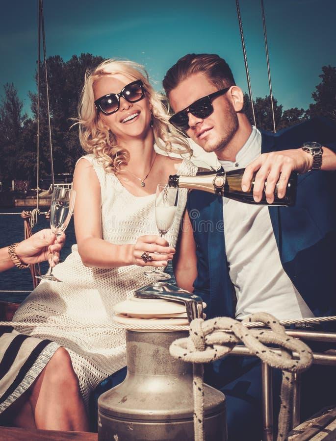 Stilfulla par på en yacht arkivbild
