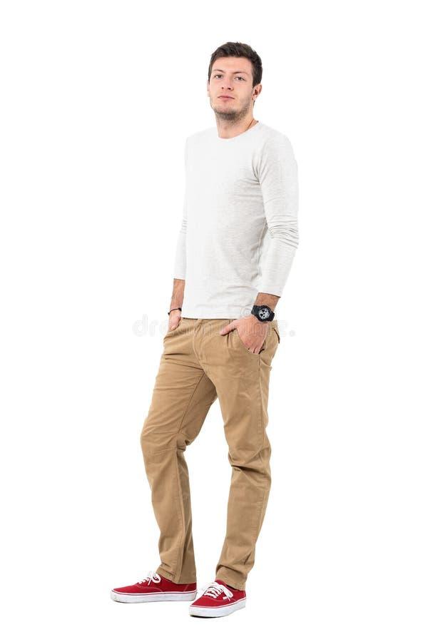 Stilfulla unga bärande ockraflåsanden för modern man och röda gymnastikskor fotografering för bildbyråer