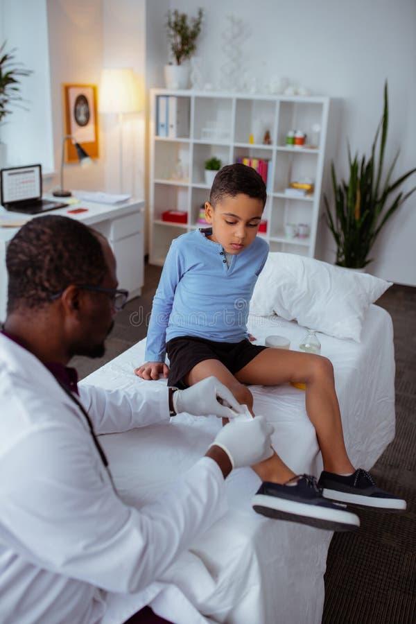 Stilfullt besöka för pys som är pediatriskt, når att ha fallit från cykeln royaltyfria bilder